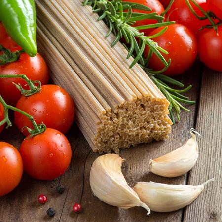 Whole wheat spaghetti, vegetables and herbs Archivio Fotografico