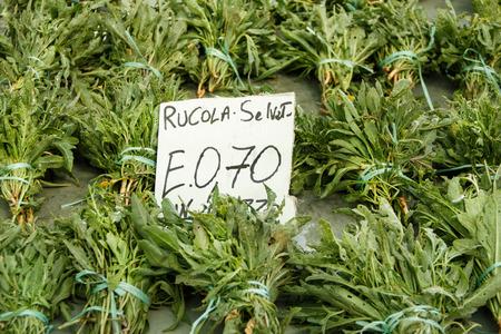 Rucola selvatica su un mercato degli agricoltori con prezzo