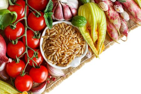 Grain kamut non cotte con verdure su legno