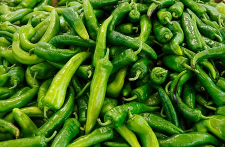 Peperoni verdi freschi chiamati friggitelli su un mercato degli agricoltori