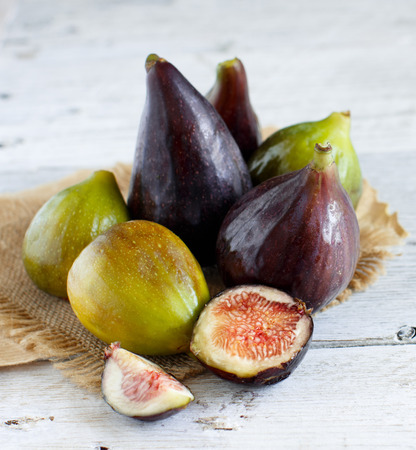 Green and purple figs  on a wooden  background Archivio Fotografico