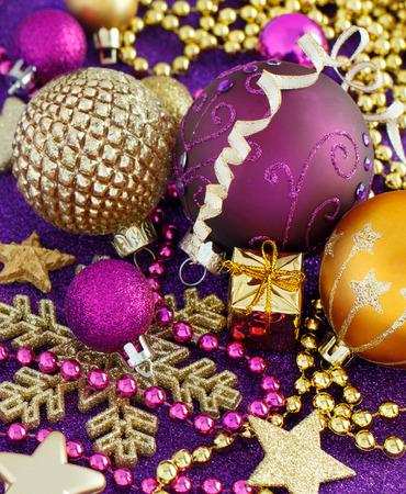 Le decorazioni e le bagattelle dorate e porpora di Natale si chiudono su Archivio Fotografico