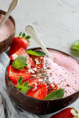 Strawberry smoothie bowls topped with fresh strawberries and mint 版權商用圖片