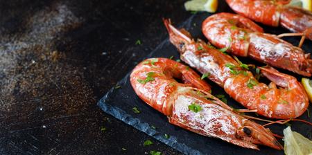 Grilled shrimps with lemon on wood close up Standard-Bild