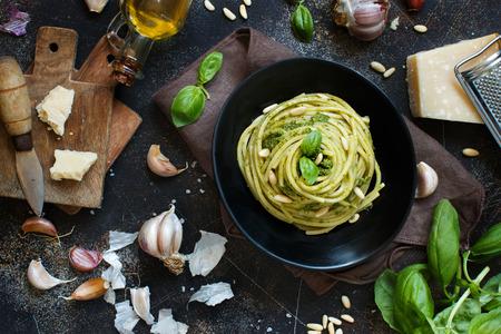 Makaron spaghetti z sosem pesto, bazylią, orzeszkami pinii i parmezanem z bliska