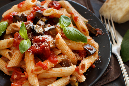 Penne alla norma  - traditional italian pasta with eggplants and tomatoes 版權商用圖片 - 113908839