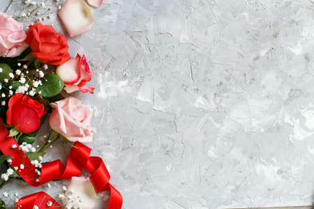 Red roses and small white flowers with ribbon on a grey background 版權商用圖片