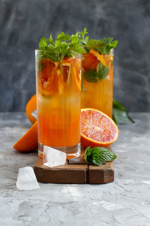 Homemade refreshing drink with bloody orange juice and mint close up Imagens