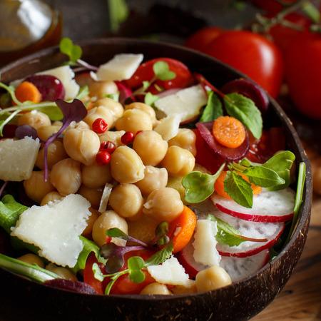 Salade de pois chiches aux légumes et aux micro-pousses en gros plan