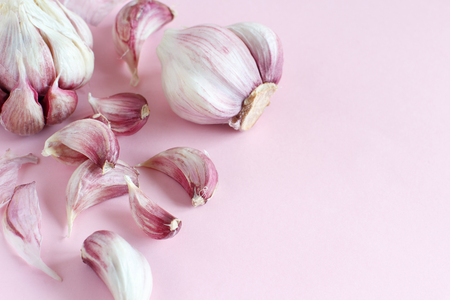 Fresh garlic on a light pink background close up Standard-Bild