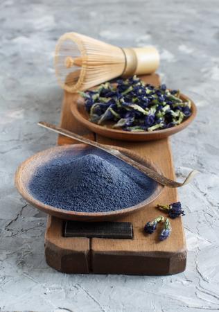 Schmetterlingserbsenblaues Matcha-Pulverwort mit Wrisk und Trockenblumen Standard-Bild