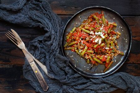 French beans with tomato stew top view on a dark table Banque d'images