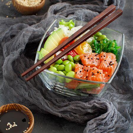 Ensalada de poke de salmón hawaiano con arroz de cerca