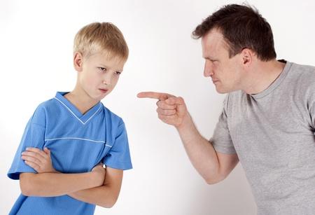 autoridad: Padre terminante castiga a su hijo. Aislado sobre fondo blanco