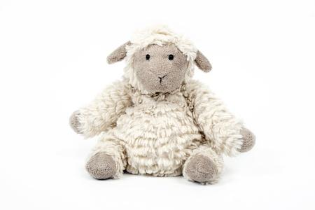 pasen schaap: leuke schapen speelgoed geïsoleerd op een witte achtergrond Stockfoto
