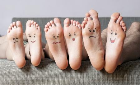 pies masculinos: Cierre de plantas humanos con sonrisas