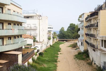 suelo arenoso: Río secada en una ciudad