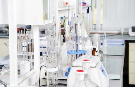 balanza de laboratorio: Fondo químico de laboratorio. concepto de laboratorio.
