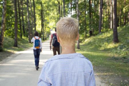 dudando: Muchacho joven que se encuentra solo en el callejón y se ve después de dejar amigos. Concepto de la soledad.