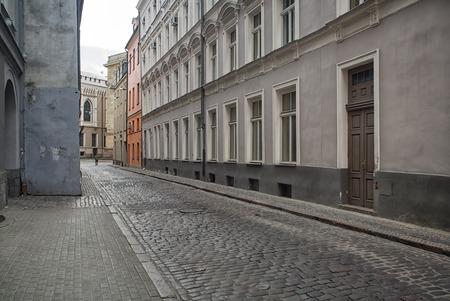 mediaval: Estrecha calle medieval en el casco antiguo de la ciudad de Riga, Letonia. Caminando por las calles medievales de la antigua Riga, los turistas pueden encontrar conjuntos arquitect�nicos �nicos y casas antiguas. Foto de archivo
