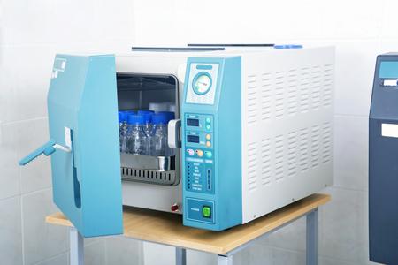 Moderno esterilizador autoclave de laboratorio sobre la mesa Foto de archivo - 50172538