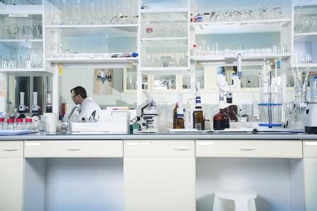 Inter van schone moderne witte medische of chemisch laboratorium achtergrond. Laboratorium concept met een blanke man chemicus. Horizontale sjabloon voor een poster, webpagina of bijsluiter.