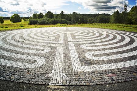 Labirinto gótico do godo preto e branco-pedras no campo. Europa. Letônia Símbolo de um novo caminho, esclarecimento Foto de archivo - 70728965