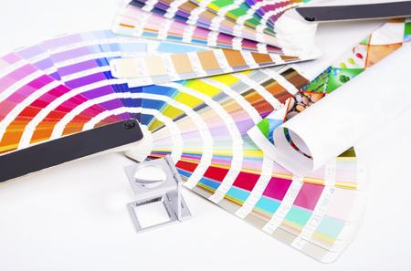 レンズは、パントン。デザインと製版のコンセプト