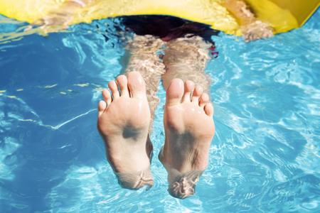 Spa; nuoto e di riposo. Piedi nella piscina vicino
