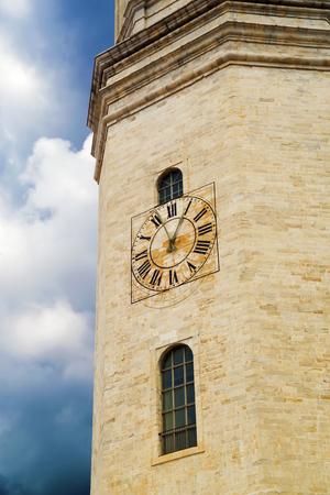 Wanduhr auf einem Turm Girona Cathedral in Katalonien, Spanien, Romanik, Gotik und Barockarchitektur Standard-Bild - 75080615
