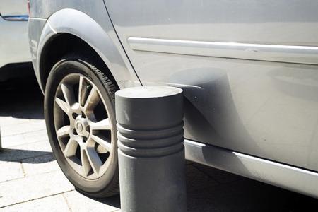Kras met de auto vanwege een onnauwkeurige parkeerplaats Stockfoto - 75411356