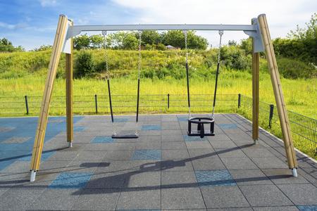 Lege keten schommel in de zomer kinderspeelplaats