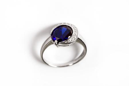 Bague diamant/bague de luxe élégance avec saphir bleu isolé sur fond blanc
