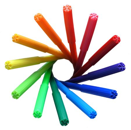 Twelwe felt pens are placed in rainbow-coloured circle.