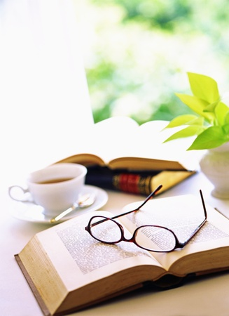 boek en glazen Stockfoto