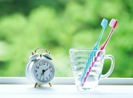caries dental: cepillo de dientes y despertador Foto de archivo