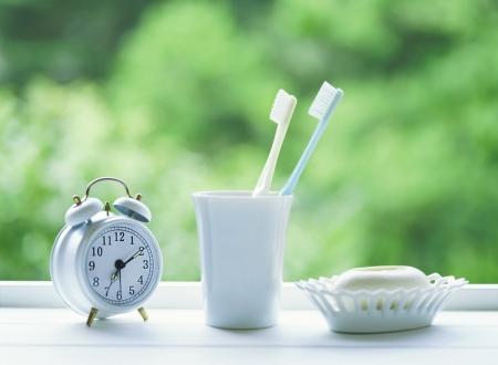 歯ブラシと目覚まし時計 写真素材 - 21848178