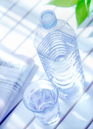 びん詰めにされた水そして新聞