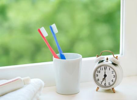 pasta de dientes: cepillo de dientes y despertador Foto de archivo