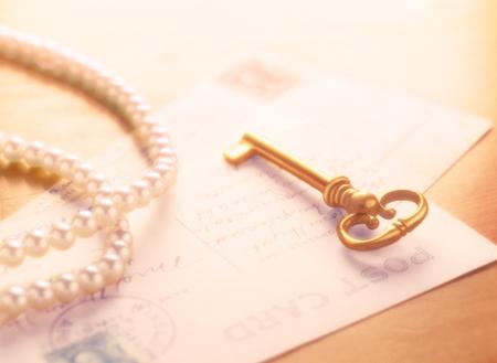 Clé et lettre et perle Banque d'images - 49833268