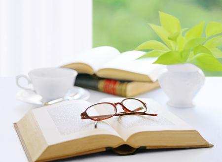 libro y vasos y café