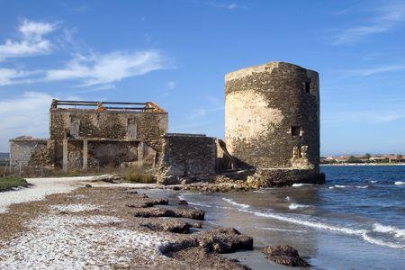 siervo: Siervo torre de vigilancia en la costa, Cerde�a, Stintino