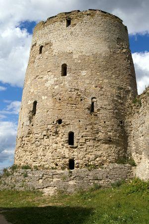 siervo: Old siervo ruso torre, Izbork, regi�n de Pskov, Rusia, siglo XI  Foto de archivo