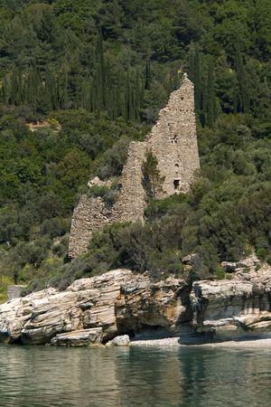 siervo: Destruido veneciano antiguo siervo torre de vigilancia en la costa, Athos, Grecia