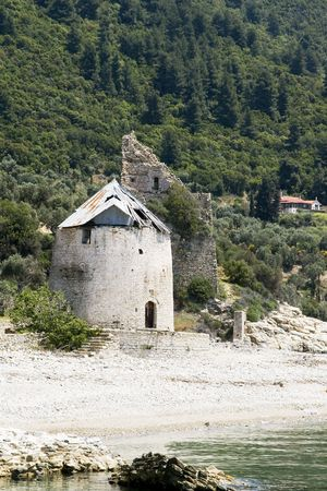 siervo: Antiguo molino y veneciano destruido siervo torre de vigilancia en la costa, Sografu, Athos, Grecia