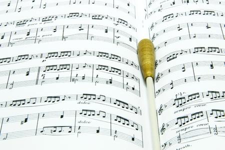 partition musique: Baton sur le score de musique de pr�s