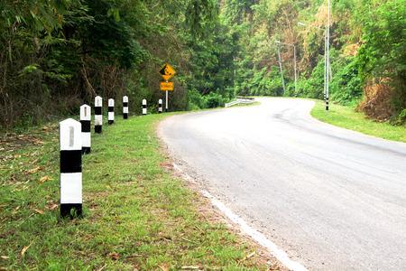 chilometro: Chilometro dopo accanto curva della strada Archivio Fotografico