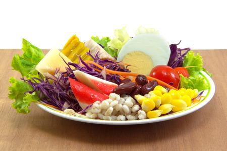 plato de ensalada: Ensalada plato en la mesa de madera sobre fondo blanco