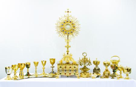kruzifix: Gold heilige religiöse Ausrüstung auf weißem Hintergrund