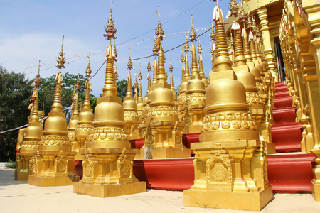 Gouden pagode in Wat Pa Sawang Boon, Saraburi Province, Thailand